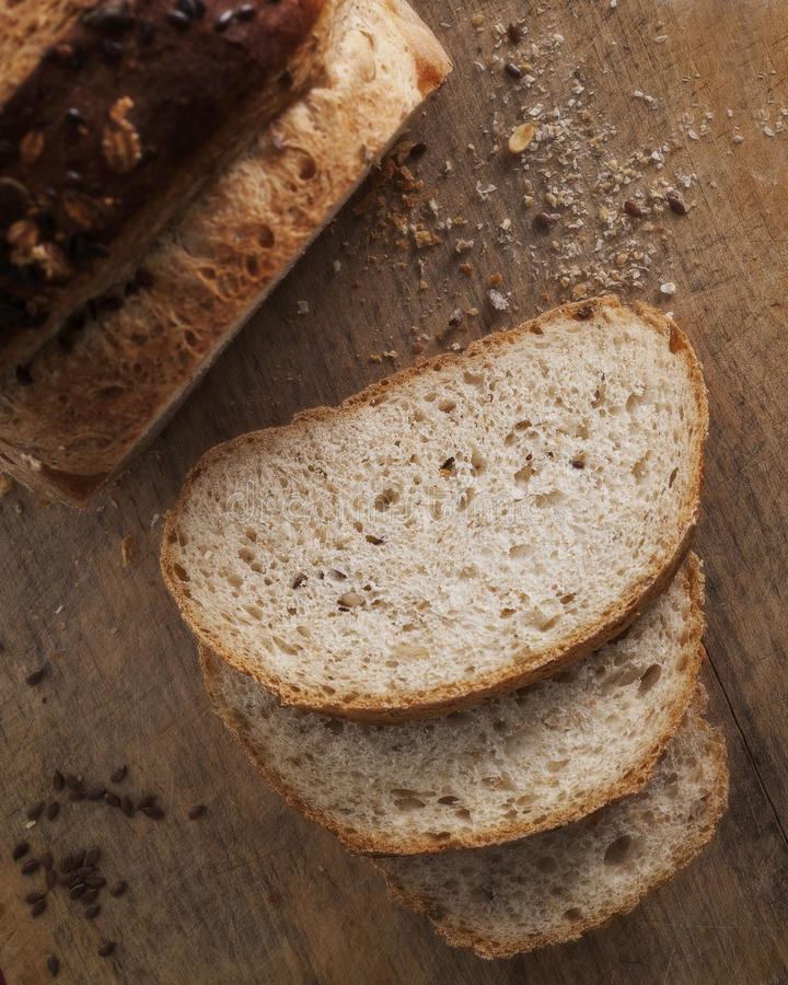 Bröd och skivor med linfrö royaltyfria bilder