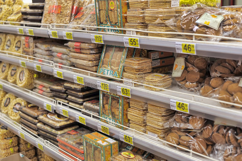 Bröd som är till salu på hyllor för ett lager. arkivbild