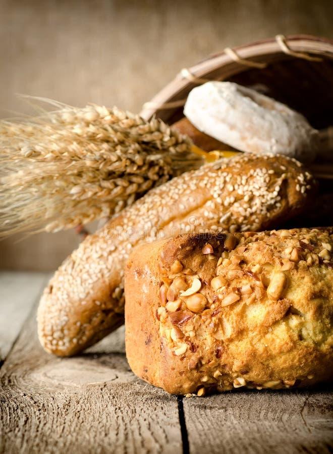 Bröd, vete och korg royaltyfri fotografi