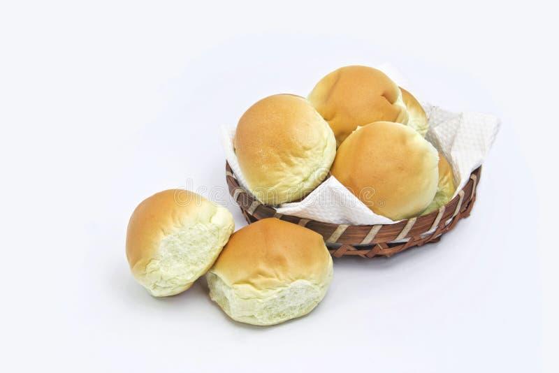 Brödbulle och korg arkivfoton