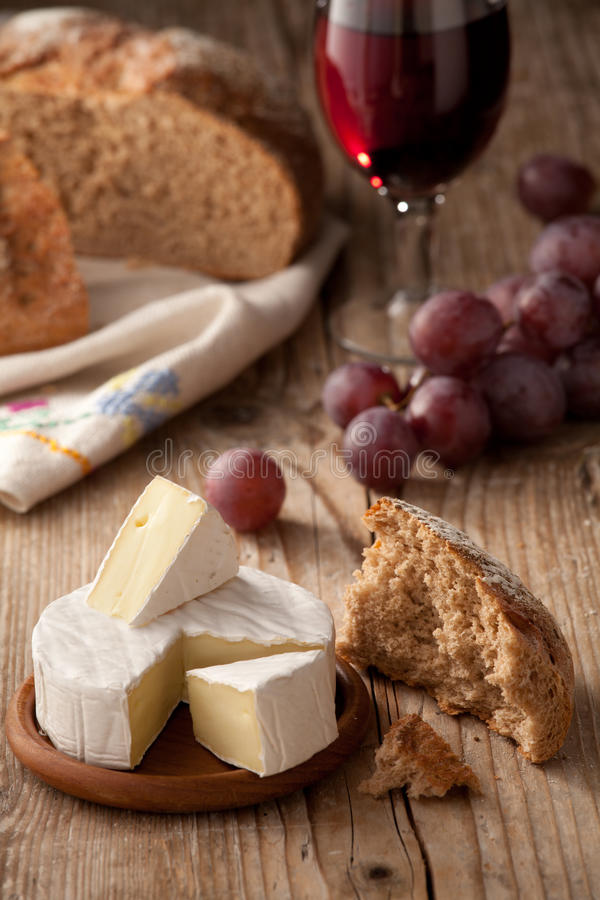 brödcamembertost traditionella normandy arkivfoton