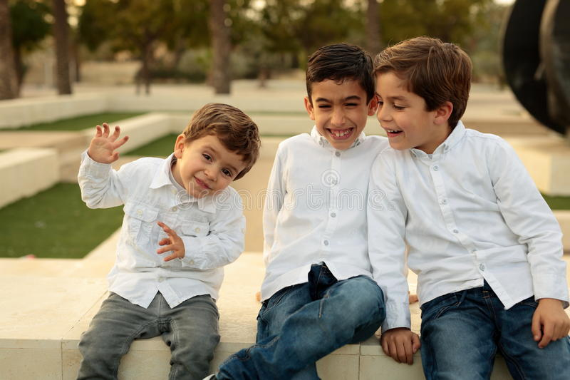 Bröder i en parkera i Elche royaltyfri fotografi