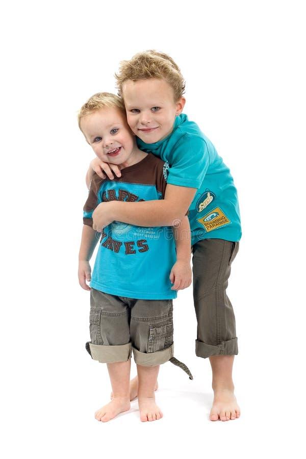 bröder som kelar barn fotografering för bildbyråer