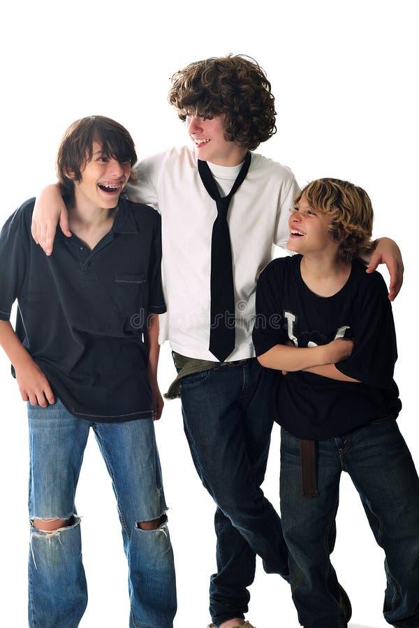 bröder som tillsammans skrattar tre royaltyfri foto