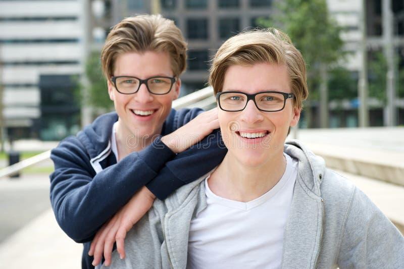 bröder två arkivfoton