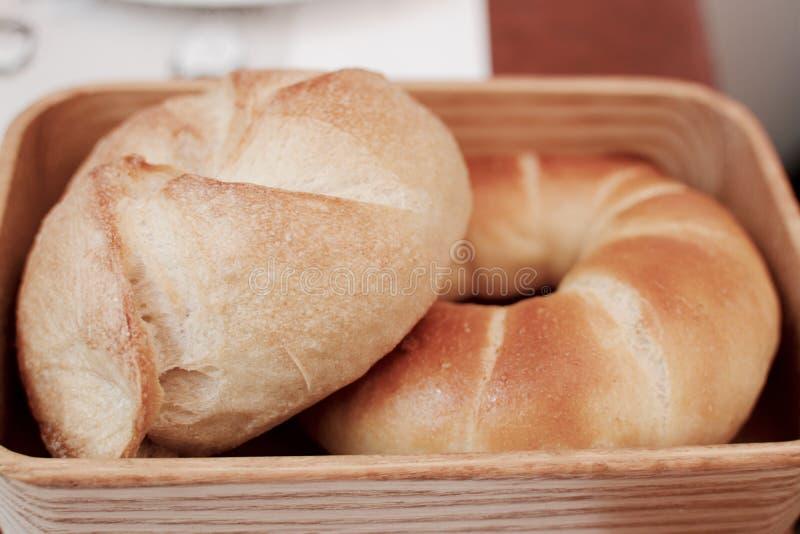 Brödet klipps in i stycken arkivbilder