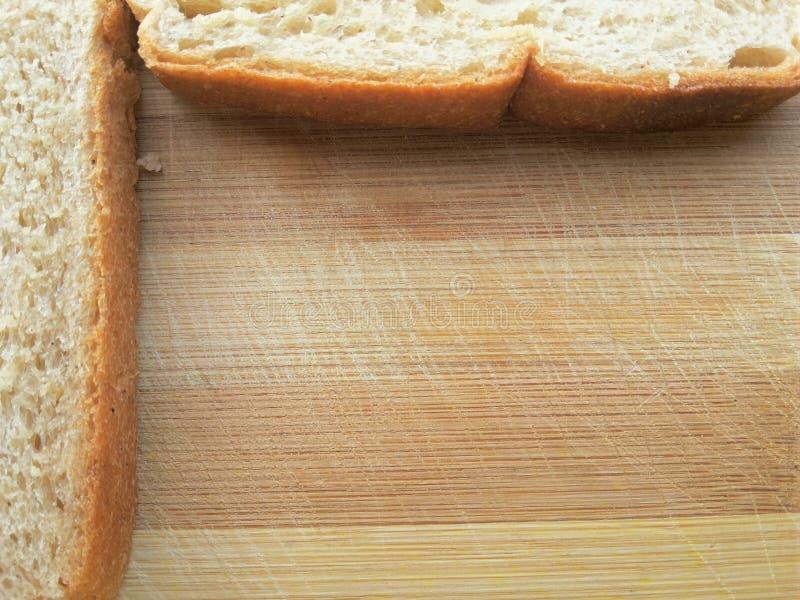 Brödgräns på träbakgrund royaltyfria bilder