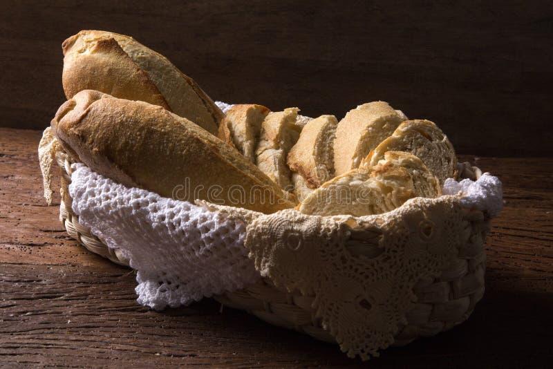 Brödkorg på wood bakgrund royaltyfri fotografi