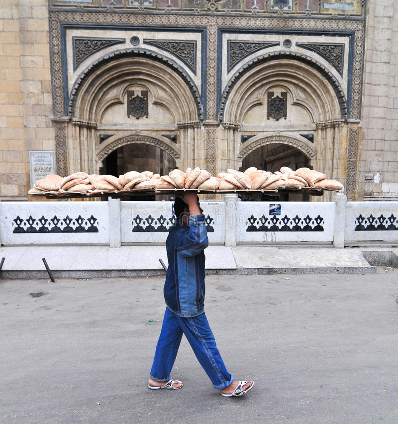 Brödleverans till och med Kairo, Egypten royaltyfria bilder