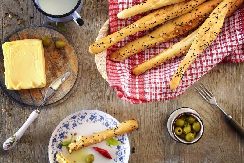 Brödpinnar med smör royaltyfri bild