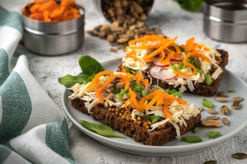 Brödsmörgås med ost och grönsaker, sund frukost, vegetarisk mat fotografering för bildbyråer