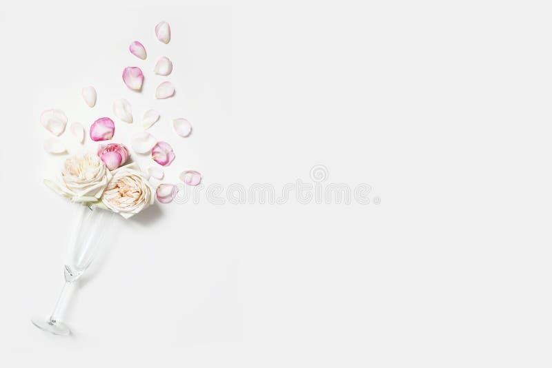 Bröllop födelsedag, sammansättning för valentindagparti Champagneexponeringsglas med rosa rosa blommor och kronblad på arkivbilder