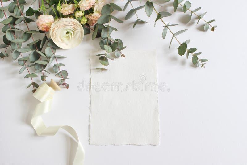 Bröllop födelsedagmodellplats med den blom- buketten av den persiska smörblomman, Ranunculusblomma, rosa rosor, eukalyptus royaltyfri foto