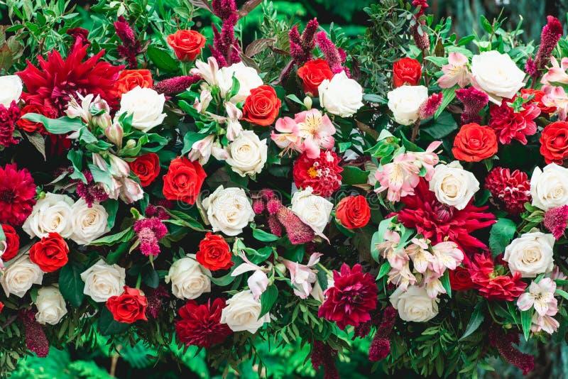 bröllop för brudceremoniblomma Kolonn som dekoreras med buketten av röda och vita rosor, i området för bröllopceremoni arkivfoto