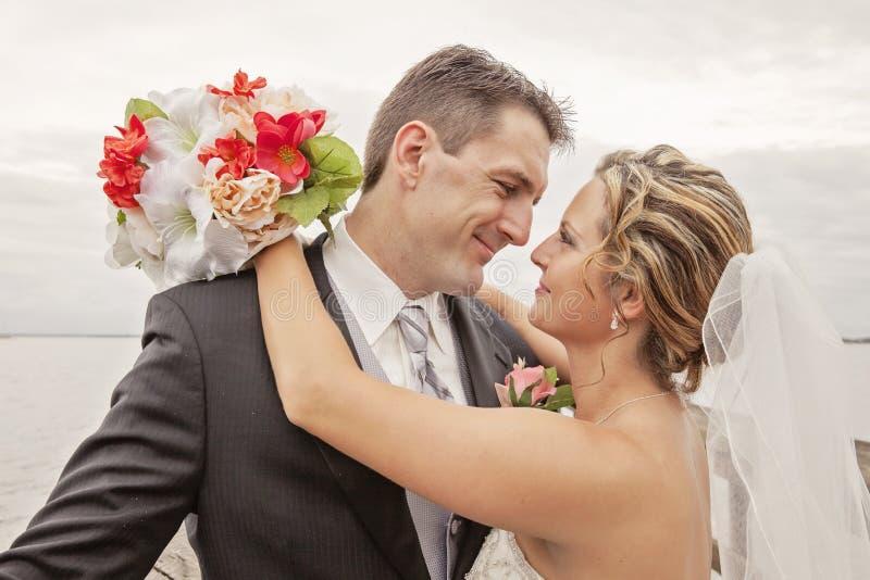 bröllop för brudgum för brudceremonikyrka arkivfoton
