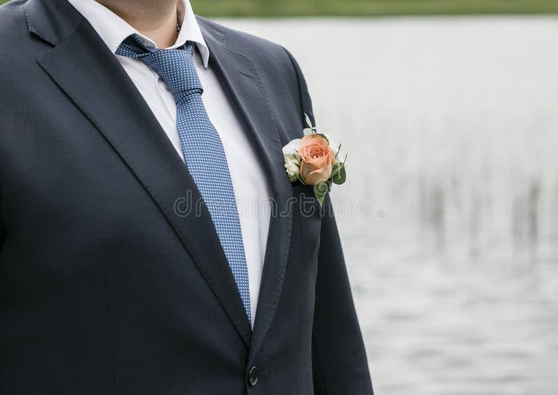 bröllop för tappning för klädpardag lyckligt Brudgum på naturen Sommartid royaltyfri fotografi