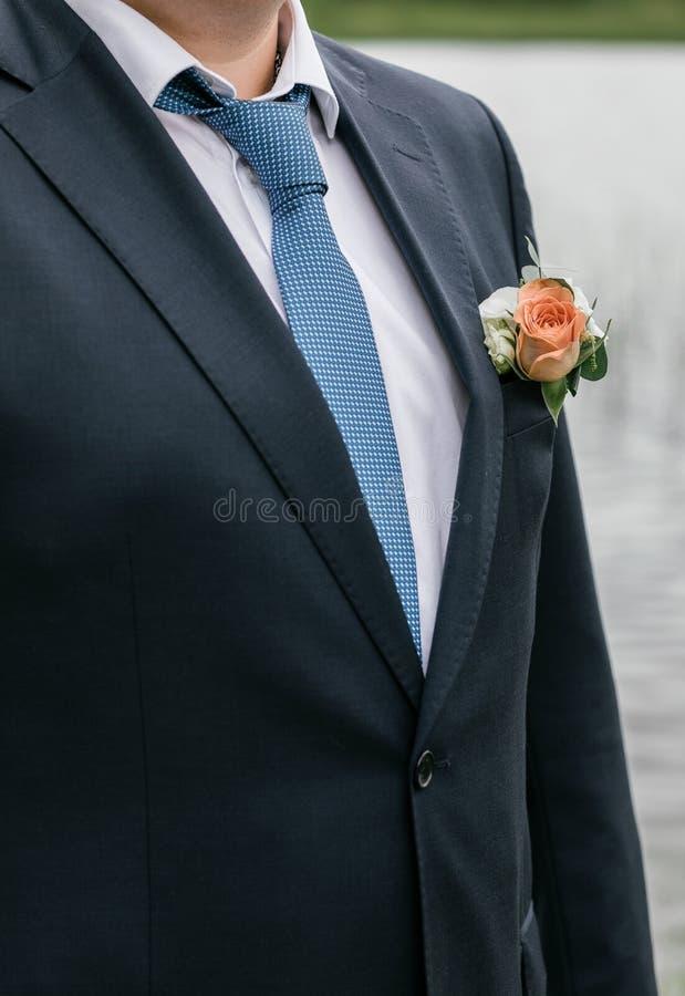 bröllop för tappning för klädpardag lyckligt Brudgum på naturen Sommartid arkivfoto
