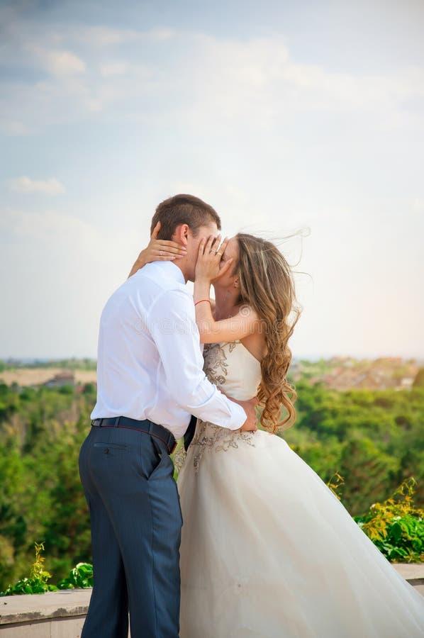 bröllop för tappning för klädpardag lyckligt Härlig brud i den vita klänningen med brudgummen lyckligt kyssa för par fotografering för bildbyråer