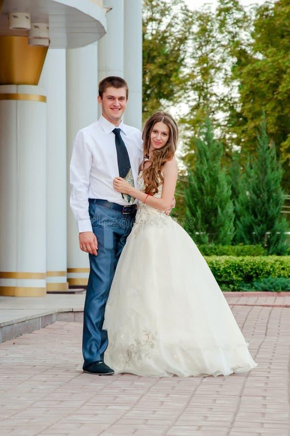 bröllop för tappning för klädpardag lyckligt Lycklig härlig brud i armarna av brudgummen royaltyfri bild
