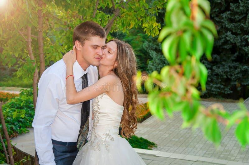bröllop för tappning för klädpardag lyckligt Lyckliga par in i parkera Det lyckliga ung flickainnehav hänger lös på en vitbakgrun royaltyfria bilder