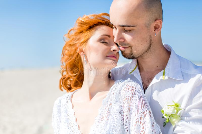 bröllop för tappning för klädpardag lyckligt Stående av den härliga bruden med brudgummen i öknen royaltyfria bilder