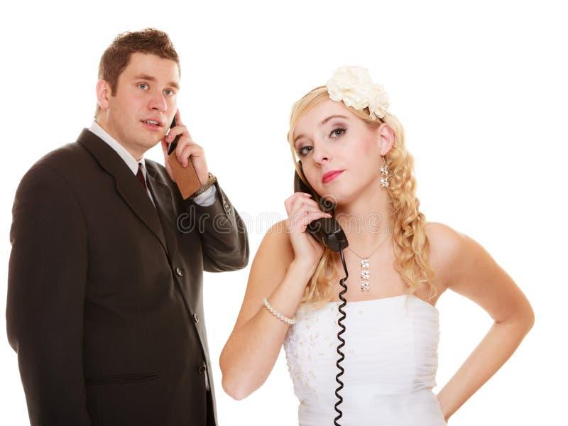 bröllop Ilsken brud och brudgum som talar på telefonen royaltyfria bilder