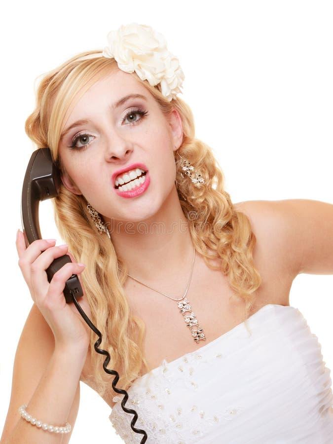 bröllop Ilsken kvinnaraseribrud som talar på telefonen royaltyfria foton