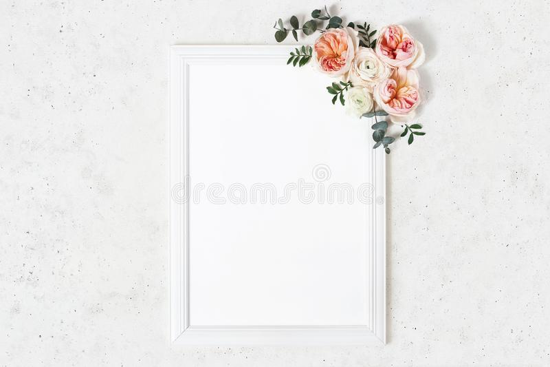Bröllop plats för modell för födelsedagteckenbräde Vertikal vit träram dekorativt blom- f?r h?rn Eukalyptus rosa färg arkivbild