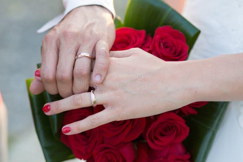 Bröllop Ring Hands över bukett fotografering för bildbyråer
