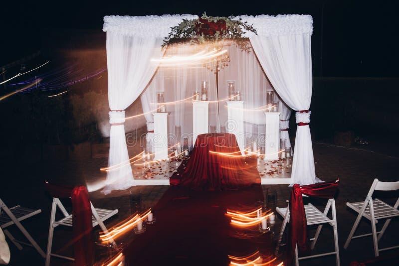 Bröllopaftondekor för ceremoni, mötesplatsgång med stearinljus in arkivfoton