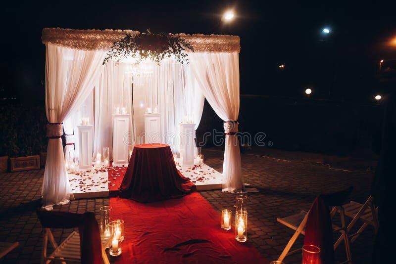 Bröllopaftondekor för ceremoni, mötesplatsgång med stearinljus in royaltyfri foto