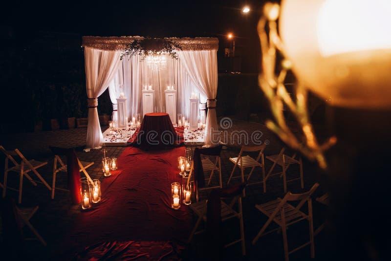 Bröllopaftondekor för ceremoni, mötesplatsgång med stearinljus in arkivbilder