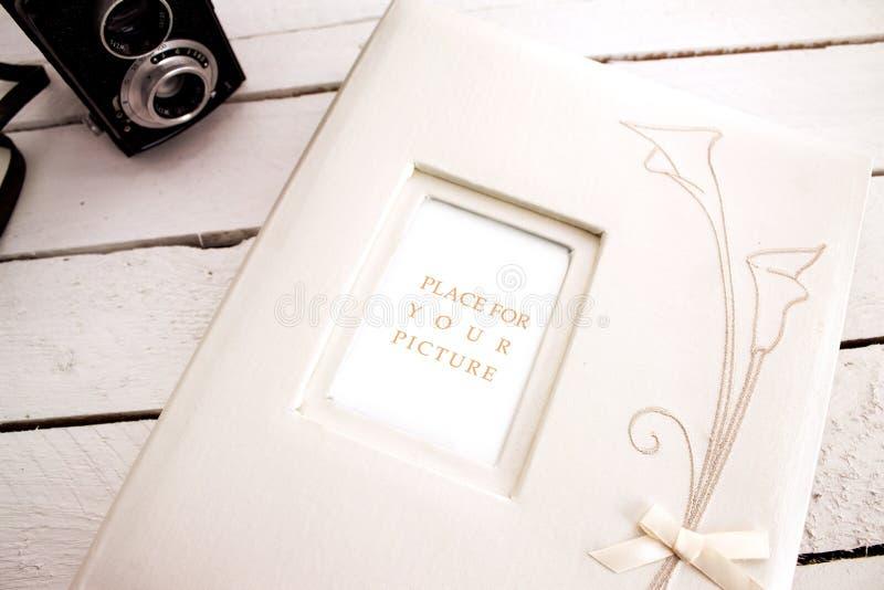 Bröllopalbum med den gamla kameran royaltyfri foto