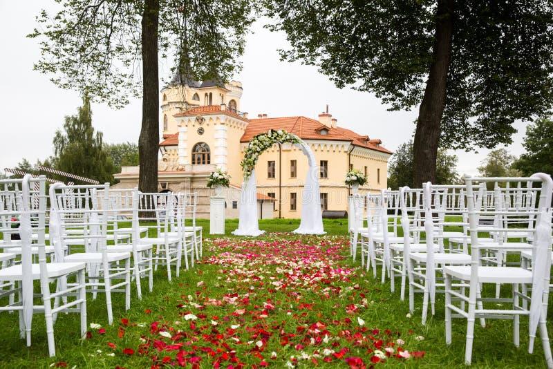 Bröllopbåge på bakgrunden av slotten arkivbild