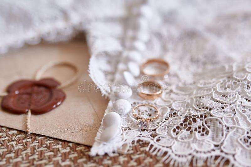 Bröllopbakgrund med guld- cirklar och skyler arkivbild