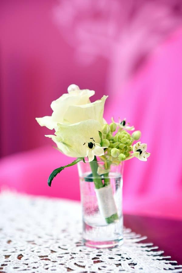 Bröllopboutonniere för vit blomma för brudgummen royaltyfria foton