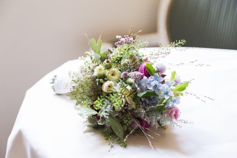 Bröllopbukett av lösa blommor på tabellen arkivfoto