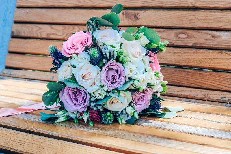 Bröllopbukett av purpurfärgade och beigea rosor och den snövita lisianthusen N?rbild royaltyfri bild