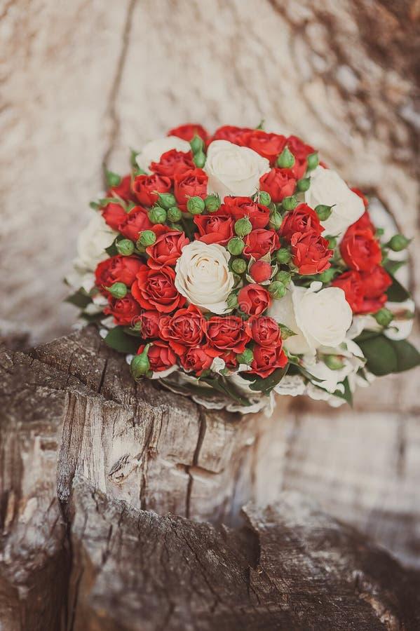 Bröllopbukett av röda ro royaltyfri foto