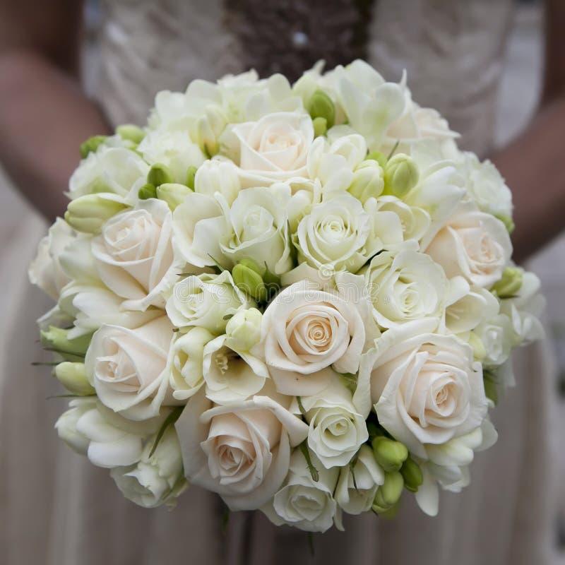 Bröllopbukett av rosa och vita ro royaltyfria foton
