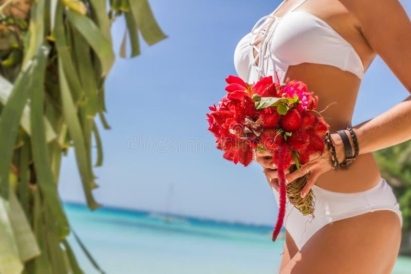 Bröllopbukett från tropiska blommor i bruds hans på n arkivfoto