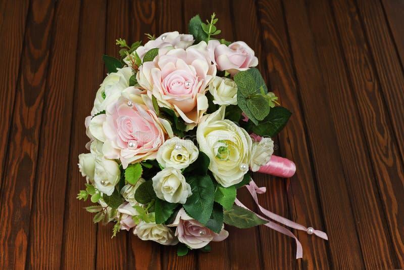 Bröllopbukett från vita och rosa rosor på träbakgrund royaltyfri fotografi