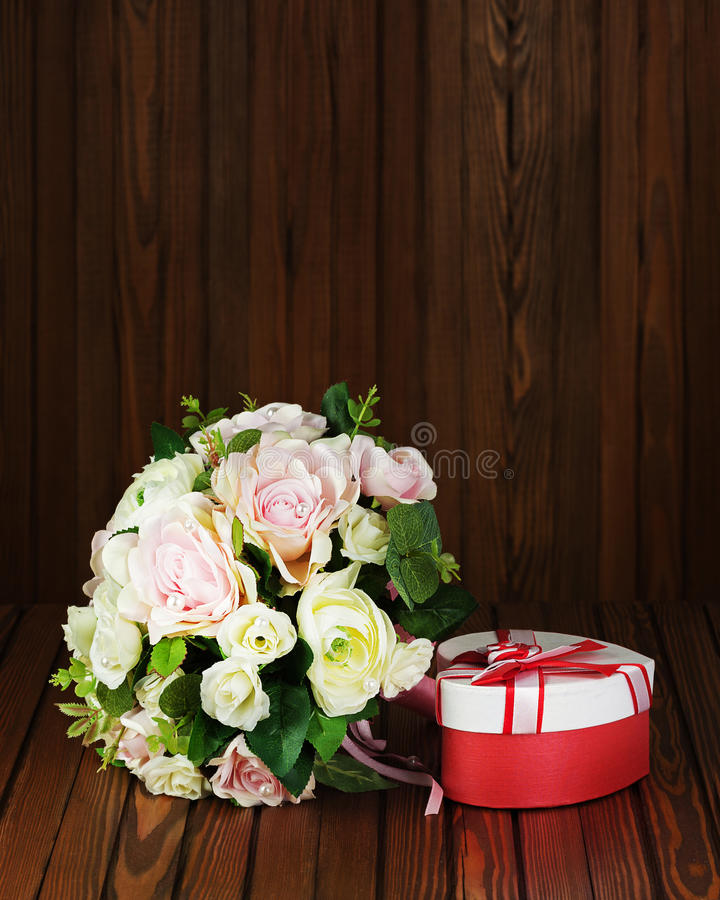 Bröllopbukett från vita och rosa rosor på träbakgrund arkivbild