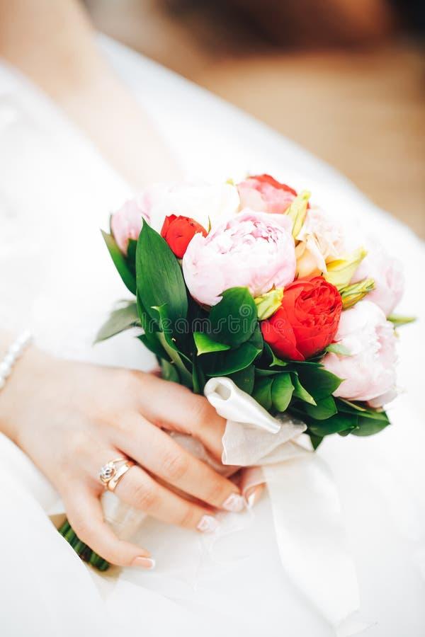 Bröllopbukett i händer av en brud fotografering för bildbyråer