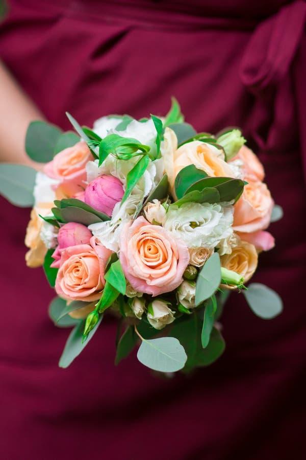 Bröllopbukett i händer av kvinnan fotografering för bildbyråer