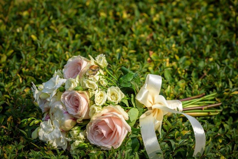 Bröllopbukett med cirklar på gräs fotografering för bildbyråer
