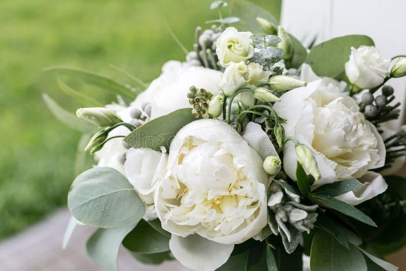 Bröllopbukett med regndroppar Morgon på bröllopdagen på sommar Pioner och eukalyptus för härlig blandning vita royaltyfri fotografi