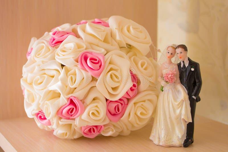 Bröllopbukett och statyett royaltyfri foto