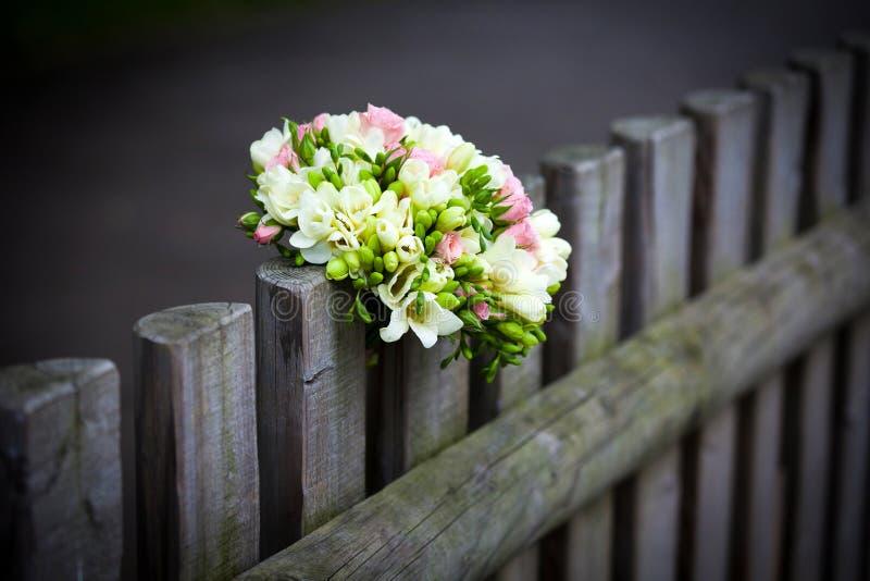 Bröllopbukett på det lantliga landsstaketet arkivfoto