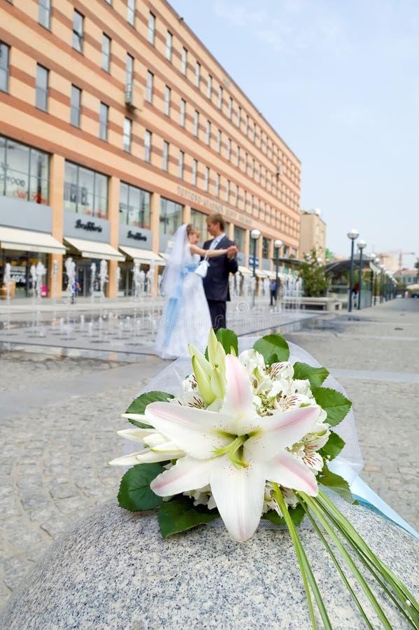 Bröllopbukett på en stadsgata royaltyfria bilder